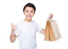 Mężczyzna z torba na zakupy up i kciukiem Fotografia Royalty Free