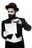 Mężczyzna z twarz mima czytaniem przez powiększać Fotografia Royalty Free