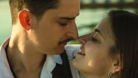 Mężczyzna z wąsy całuje młodej kobiety zbiory