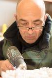Mężczyzna z władza świderem Wskazującym tynku model Fotografia Royalty Free