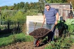 Mężczyzna z wheelbarrow. obrazy royalty free