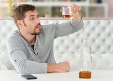 Mężczyzna z whisky w szkle zdjęcia royalty free