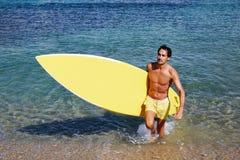 Mężczyzna z wody wygrzewać się w słońcu Fotografia Stock