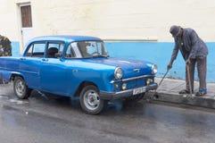 Mężczyzna z złotym łańcuchem czyści ulicę Obrazy Royalty Free
