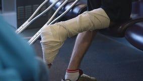 Mężczyzna z zdradzoną nogą używać szczudło, Conakry zdjęcie wideo