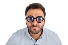 Mężczyzna z zdziwionym wyrażeniem gęstymi szkłami i Zdjęcie Stock