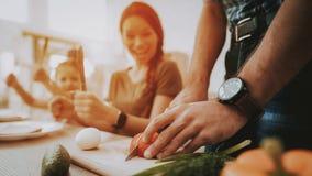Mężczyzna z zegarem na ręki przecinania warzywach na pokładzie zdjęcie stock