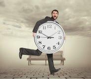 Mężczyzna z zegarem w mgłowym parku Zdjęcia Royalty Free