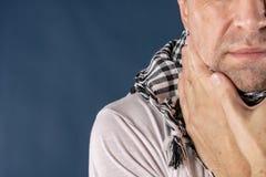 Mężczyzna z zimnym i grypowym choroby cierpieniem od bolesnego gardła niebieska tła zdjęcia royalty free