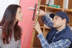 Mężczyzna załatwia drzwiowego kędziorek Zdjęcie Stock