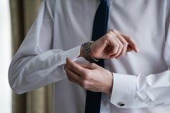 Mężczyzna załatwia jego cufflink w tux zdjęcie stock