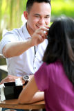 Mężczyzna załatwia jej dziewczyna włosy podczas gdy datujący Zdjęcia Royalty Free