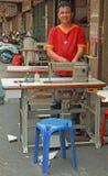 Mężczyzna załatwia szwalną maszynę plenerową w Bangkok, Tajlandia Fotografia Royalty Free