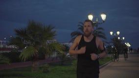 Mężczyzna za jog samotnie dalej zbiory wideo