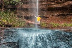 Mężczyzna za ` Salta Suizo ` wysoka siklawa Paraguay Obraz Stock