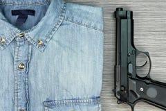 Mężczyzna zabójcy, Mądrze i atrakcyjnego styl, niebiescy dżinsy koszulowi i armatni Obraz Royalty Free