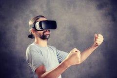 Mężczyzna zabawę z rzeczywistość wirtualna szkłami Zdjęcie Stock