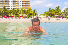 Mężczyzna zabawy dopłynięcie w oceanie zdjęcie stock