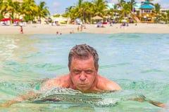 Mężczyzna zabawy dopłynięcie w oceanie fotografia royalty free