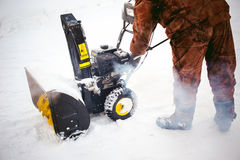 Mężczyzna zaczyna parowozową śnieżną dmuchawę Fotografia Stock