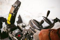 Mężczyzna zaczyna parowozową śnieżną dmuchawę Obrazy Stock