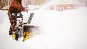 Mężczyzna zaczyna parowozową śnieżną dmuchawę Fotografia Royalty Free