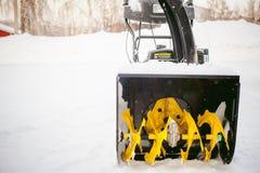 Mężczyzna zaczyna parowozową śnieżną dmuchawę Obrazy Royalty Free