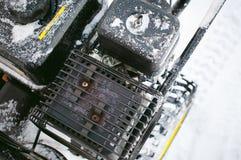 Mężczyzna zaczyna parowozową śnieżną dmuchawę Zdjęcie Royalty Free