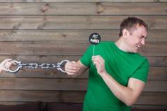 Mężczyzna zakładający kajdanki małżeństwo pokazuje ikonę na kiju Obrazy Royalty Free