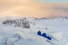 Mężczyzna zakrywający z śnieżną lawiną obraz royalty free