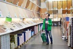 Mężczyzna zakupy laminat w DIY sklepie zdjęcia stock