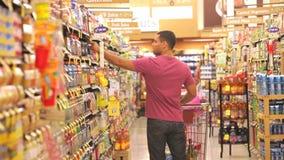Mężczyzna zakupy W supermarkecie zbiory