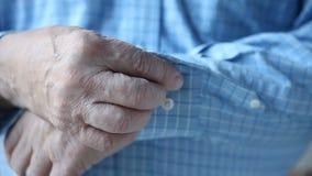 Mężczyzna zapina koszulowych mankieciki zbiory wideo