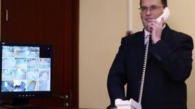 Mężczyzna zapina kurtkę na skrzynki pocztowa tle zbiory wideo