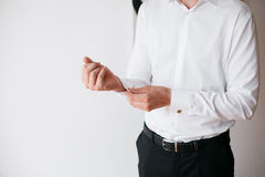 Mężczyzna zapina połączenie na Francuskich mankiecików rękawów luksusowej białej koszula Obraz Stock