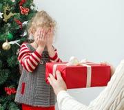 Mężczyzna zaskakująca mała dziewczynka Obraz Royalty Free