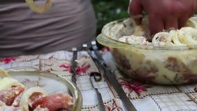Mężczyzna zawiązuje mięso na skewer Wyśmienicie apetyczni kawałki świeży mięso zawiązywali na skewers przygotowywających dla gril zdjęcie wideo