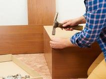 Mężczyzna zbiera meble Obrazy Stock