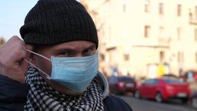Mężczyzna zdejmuje maskę w zanieczyszczającym mieście zdjęcie wideo
