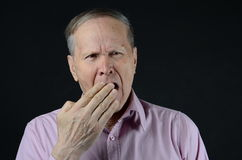 Mężczyzna ziewanie z ręką zamyka jego usta Fotografia Stock