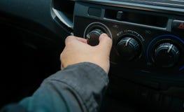 Mężczyzna zmiany otwarty powietrze w samochodzie obrazy stock