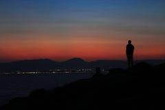 Mężczyzna zmierzchu nakrętka Salou Hiszpania, morze śródziemnomorskie Fotografia Royalty Free