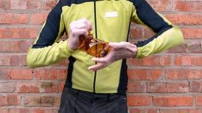 Mężczyzna zmniejsza brąz plastikową butelkę, uwolnienia powietrze przed usuwaniem zbiory wideo
