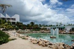 Mężczyzna zrobił basenu przy Covecastles Uciekać się, tłumu Podpalany zachód, Anguilla Obrazy Royalty Free