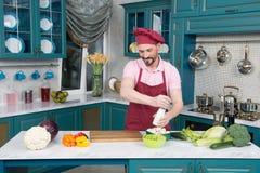 Mężczyzna zrobił warzywa i solić one Brodaty facet na kuchennym kucharstwie zdjęcia royalty free