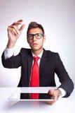 Mężczyzna zrywanie ochraniacz imaginacyjny nad jego ochraniacz Zdjęcie Stock