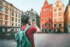 Mężczyzna zwiedza Sztokholm miasta Stortorget punkty zwrotnych zdjęcie royalty free