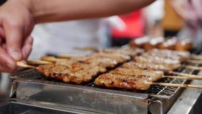Mężczyzny barbecuing satay na grillu Popularny jedzenie w Malezja, Indonezja i Tajlandia, Uliczny jedzenie 4K zbiory