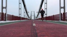 Mężczyzny bieg przy mostem zdjęcie wideo