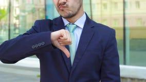 Mężczyzny biznesmena przedstawienia gesta niechęć zdjęcie wideo